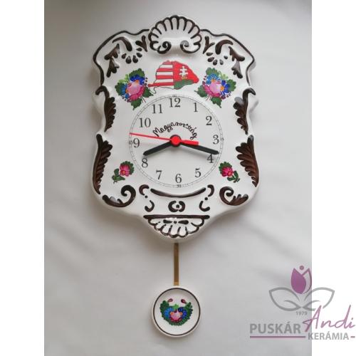Domború felületű, szépen díszített ingás fali óra emblémával
