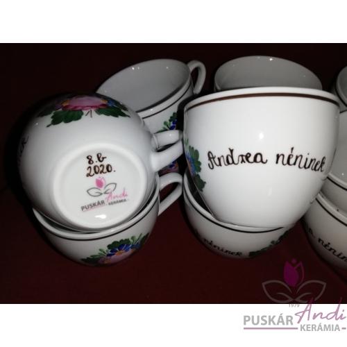 Teás-/ kávés csésze köszönőajándék, oldalán a tanárok neveivel