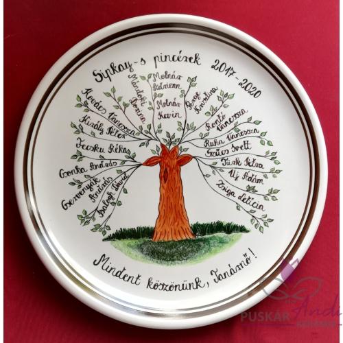 Életfás fali tányér /Ø32 cm/ a tanárnőnek, végzős pincér tanulóktól, 16 névvel