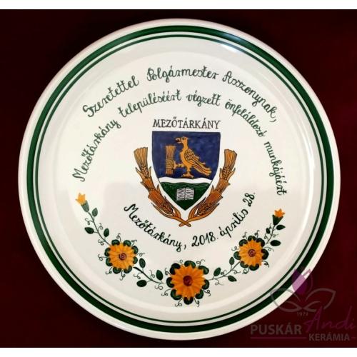 Mezőtárkány címere pizzás tányérra festve, napraforgós motívummal